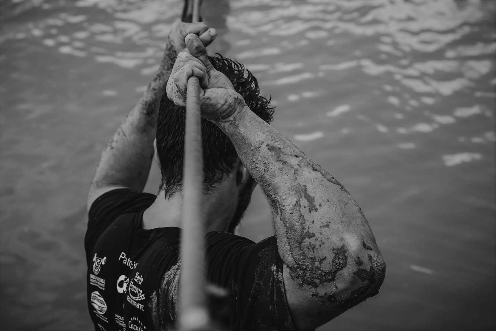Homme qui tient une corde